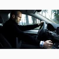 Водитель с легковым автомобилем
