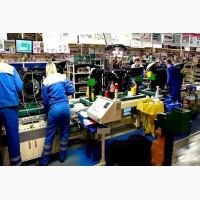 Работник на фабрике по производству пластиковых элементов